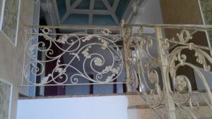 кованая лестница в белом цвете