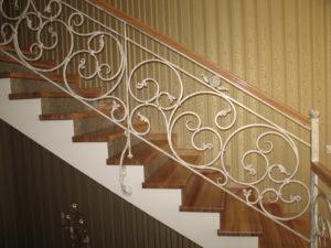 лестница белая ковка