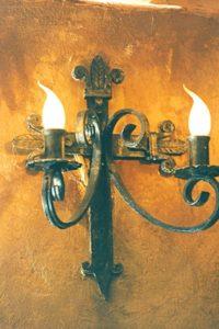 кованый светильник на стену