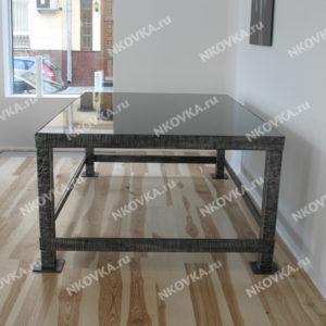 кованый стол в современном минималистическом стиле