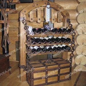 кованый винный шкаф из дерева с сундуком