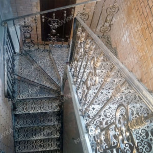 Кованая лестница на улицу, на фото кованая уличная лестница в цокольный этаж