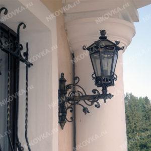 кованый фонарь на кронштейне